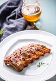 Grillade grillfestgrisköttstöd i en vit platta som meny i bar arkivfoton