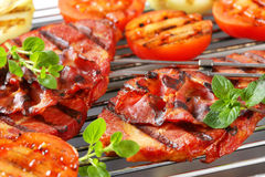 Grillade grisköttbiffar och grönsaker Arkivbilder