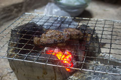 Grillade grisköttbiffar på gallret royaltyfri bild