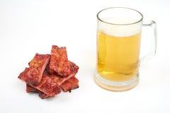 Grillade grisköttstöd och öl som isoleras på vit bakgrund arkivbilder