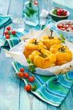 Grillade gula spanska peppar som är välfyllda med quinoaen, champinjoner och ost Körsbärsröda tomater som bakas med parmesan Arkivfoto