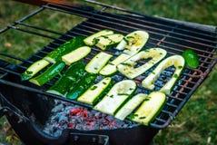 Grillade gurkor på BBQEN Arkivbild