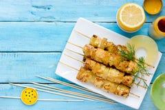 Grillade höna- och ananassteknålar med citronen och gurkmeja arkivfoton