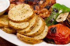Grillade hönafiléer, med potatisar och grönsaker och det mayo vitlökdoppet Arkivfoton