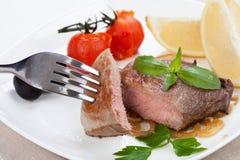 Grillade kött och kryddor ligger på ett bräde royaltyfria bilder