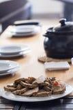 Grillade köttskivor på tabellen Royaltyfri Foto