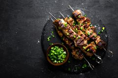 Grillade köttsteknålar, kebab på svart bakgrund, bästa sikt royaltyfria foton