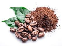 Grillade kaffebönor grundar kaffe på vit bakgrund royaltyfri foto