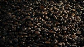 Grillade kaffebönor hällde in i högen stock video