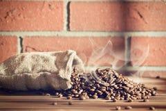 Grillade kaffebönor i säckvävsäck Arkivbilder