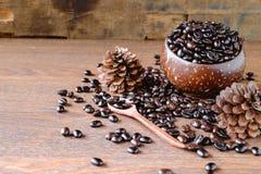 Grillade kaffebönor i träkoppar arkivbild