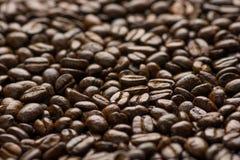 Grillade kaffebönor, kan användas som en bakgrund Arkivfoton