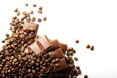 Grillade kaffebönor och chokladstycken arkivbilder