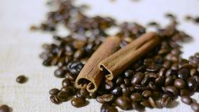 Grillade kaffebönor och kaffebönor för kanelbruna pinnar och falla stock video