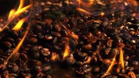 Grillade kaffebönor på brännande brandmakro