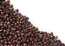grillade kaffebönor på vit Arkivfoto