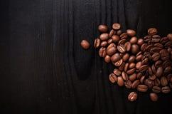 Grillade kaffebönor på wood tappningbakgrund Kaffedesignbakgrund arkivbild