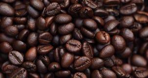 Grillade kaffebönor, roterande skott stock video