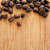 Grillade kaffebönor som är ordnade i den fyrkantiga bilden för bakgrunder, bakgrunder och baner Arkivbilder