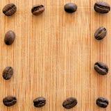 Grillade kaffebönor som är ordnade i den fyrkantiga bilden för bakgrunder, bakgrunder och baner Royaltyfri Foto