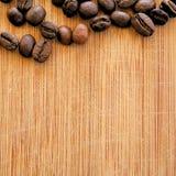 Grillade kaffebönor som är ordnade i den fyrkantiga bilden för bakgrunder, bakgrunder och baner Royaltyfria Foton