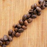 Grillade kaffebönor som är ordnade i den fyrkantiga bilden för bakgrunder, bakgrunder och baner Fotografering för Bildbyråer