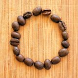 Grillade kaffebönor som är ordnade i den fyrkantiga bilden för bakgrunder, bakgrunder och baner Royaltyfria Bilder