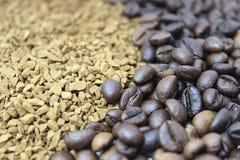 Grillade kaffebönor som över tippas på vitt exponeringsglas royaltyfri bild