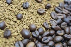 Grillade kaffebönor som över tippas på vitt exponeringsglas royaltyfri fotografi