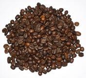 Grillade kaffebönor som isoleras på en vit bakgrund, ett kaffe, en aromatisk mat och drinkar Plan textur f?r b?sta sikt royaltyfri fotografi