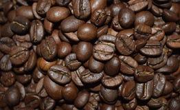 Grillade kaffeb?nor, kaffe, aromatisk mat och drinkar Plan textur f?r b?sta sikt royaltyfri bild