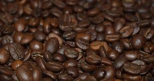 Grillade kaffeb?nor, kaffe, aromatisk mat och drinkar Plan textur f?r b?sta sikt arkivbilder