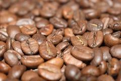 Grillade kaffeb?nor, kaffe, aromatisk mat och drinkar Plan textur f?r b?sta sikt royaltyfri foto