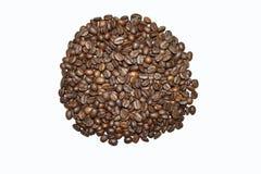 Grillade kaffeb?nor som isoleras p? en vit bakgrund, ett kaffe, en aromatisk mat och drinkar Plan textur f?r b?sta sikt royaltyfria foton
