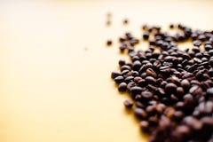 Grillade kaffekorn och bästa sikt för takeaway kopp Koppen för hantverkpapperste på orange bakgrundslägenhet lägger Kaférengöring royaltyfria bilder