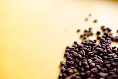 Grillade kaffekorn och bästa sikt för takeaway kopp Koppen för hantverkpapperste på orange bakgrundslägenhet lägger Kaférengöring arkivbild