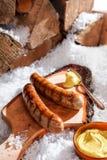 Grillade korvar som utomhus tjänas som i snön Arkivbild