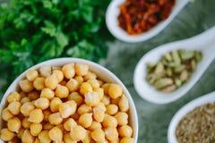 Grillade kryddiga kikärtar på grön bakgrund, bästa sikt Royaltyfria Foton