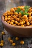 Grillade kryddiga kikärtar på lantlig bakgrund Royaltyfri Foto