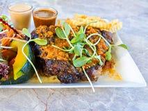 Grillade lammbiff och grönsaker Royaltyfri Foto