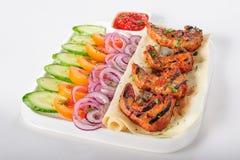 Grillade lammtungor med sallad för nya grönsaker Royaltyfri Foto