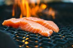 Grillade laxbiffar på ett galler Brandflammagaller Restaurang- och trädgårdkök Trädgårds- parti Sund maträtt Fotografering för Bildbyråer