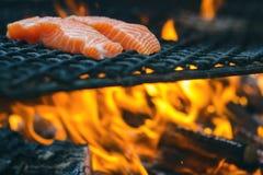 Grillade laxbiffar på ett galler Brandflammagaller Restaurang- och trädgårdkök Trädgårds- parti Sund maträtt arkivbild