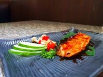 grillade laxgrönsaker arkivfoto