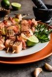 Grillade laxsteknålar med bacon och limefrukt arkivfoto