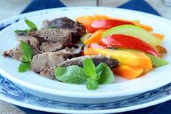 grillade meat förberedda grönsaker Arkivfoto