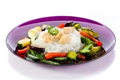Grillade meat, ricenudlar och grönsaker på white Royaltyfria Foton