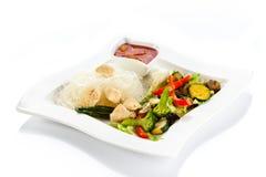 Grillade meat, ricenudlar och grönsaker på white Royaltyfria Bilder