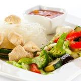Grillade meat, ricenudlar och grönsaker på white Arkivfoton