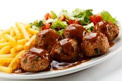 Grillade meatballs med chiper Royaltyfria Foton